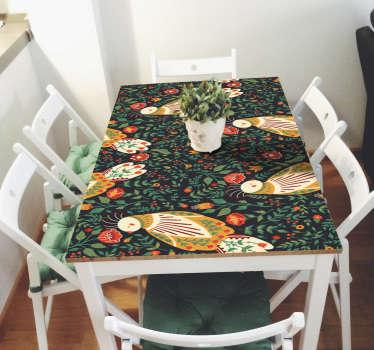 家のテーブルや引き出しを包むオリジナル家具ビニールデカール。装飾用の花や魚のプリントでデザインされています。
