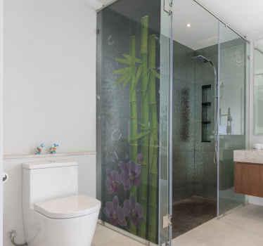Duschwand Aufkleber mit den Drucken einer Bambuspflanze und Blumen gestaltet. Dekorieren Sie Ihr Badezimmer mit einem Hauch von Klasse und Einzigartigkeit.