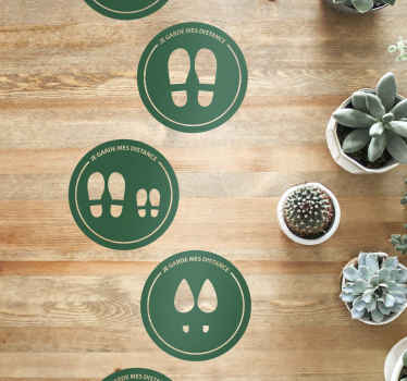 Un sticker sol avec des empreintes conçues sur un fond rond. Le design a différentes empreintes et il est disponible dans n'importe quelle taille.