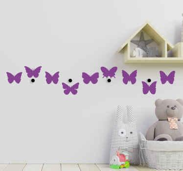 Vásárolja meg dekoratív kabátfali matricánkat pillangókkal. Különféle színekben és méretben testreszabható.