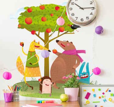 Dekoratives Baum Wandtattoo mit Apfelbaum und Cartoon Tieren, um den Schlafraum von Kindern zu dekorieren. Es ist in jeder gewünschten Größe erhältlich.