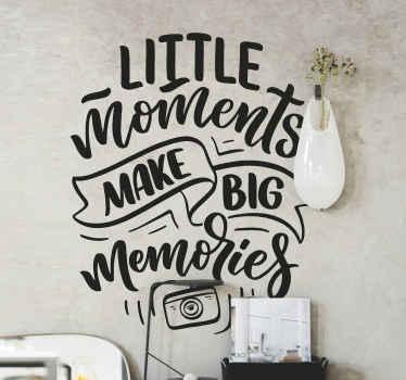 """Frase vinilo pared del hogar que cita """"pequeños momentos hacen grandes recuerdos""""en un estilo exclusivo. Elige color y medidas ¡Envío a domicilio!"""