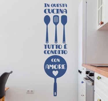 Adesivo decorativo da cucina con posate e testo. è personalizzabile in diverse opzioni di colore e dimensione. Realizzato in vinile di alta qualità.