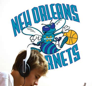 Simpático Adhesivo con el símbolo del equipo de baloncesto de la NBA, representado por un abejorro botando la pelota. Para los amantes del deporte.