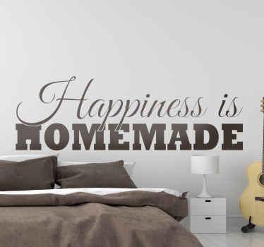 """用我们的文字乙烯基贴纸设计装饰房屋,上面写着""""幸福是自制的""""。它有不同的颜色和尺寸选项。"""