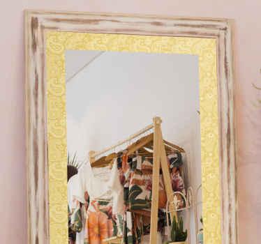 Dekorativ spejlramme klistermærke designet med dekorativ paisley mønster på gul baggrund. Det er let at påføre og selvklæbende.