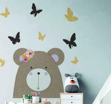 Un sticker mural ourson pour décorer la chambre des enfants. Ce sticker décoratif est conçu avec une tête d'ours ainsi que de jolis papillons. Il est facile à appliquer.