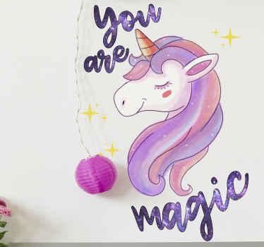Knal de slaapkamer van u kleintje met de aanraking van ons sprookjesontwerp. Een sprookjesachtige eenhoorn sticker met de inscriptie 'jij bent magie' in ruimtetextuur.