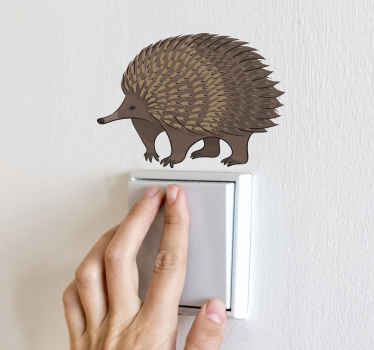 Bruin stekelvarken tekening lichtschakelaar zelfklevende sticker. Het ontwerp is een realistisch ogend bruin stekelvarkenontwerp. Het is gemakkelijk aan te brengen en gemaakt van hoge kwaliteit.