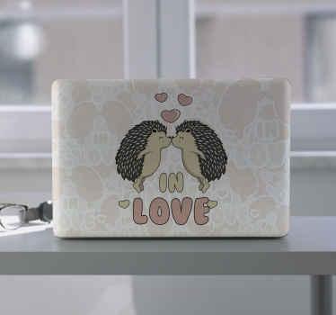 Un sticker ordinateur portable pour personnaliser votre appareil. Ce sticker décoratif est conçu avec des hérissons qui s'embrassent et avec l'inscription «amoureux».