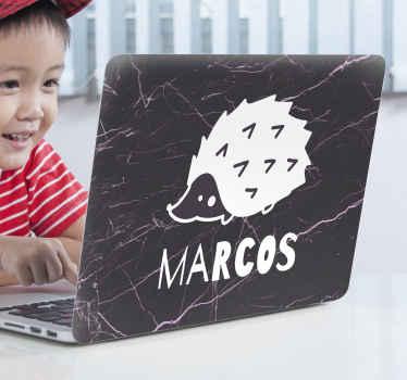 Un sticker ordinateur portable pour personnaliser votre appareil. Ce sticker décoratif est conçu avec un hérisson sur fond noir de texture fracturée. Application facile !