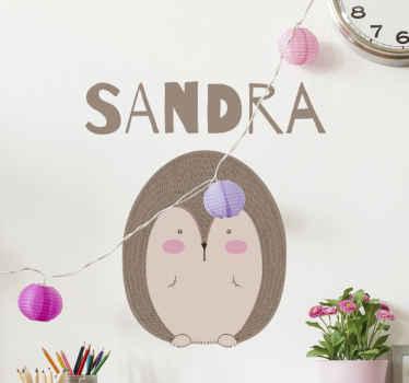 Embellece el dormitorio de tu hija con este vinilo decorativo para niñas con puercoespín de pie adorable con nombre ¡Envío a domicilio!
