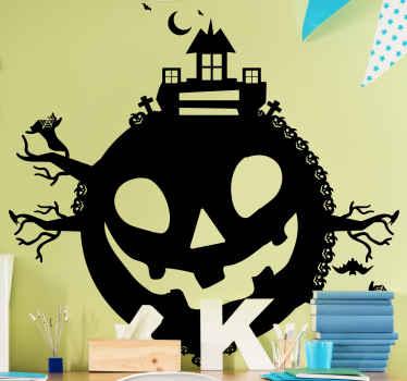 Adesivo di halloween pianeta zucca raffigurato con il disegno di una zucca spaventosa con rami di alberi, pipistrelli, castello e altro ancora. Facile da applicare.