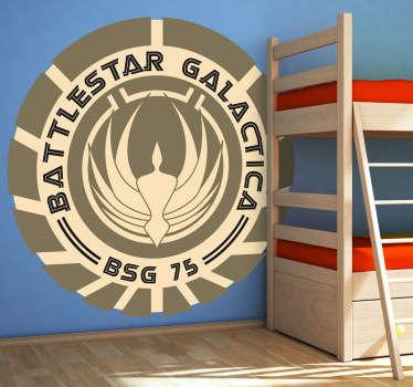 """Adhesivo de esta serie de televisión clásica que empezó a emitirse a finales de los años 70, traducida inicialmente al español como """"Galáctica, estrella de combate""""."""