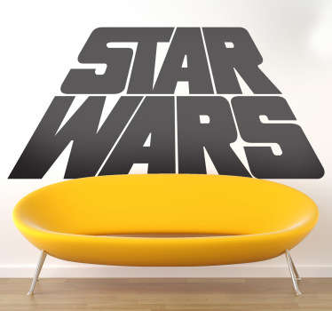 Adhesivo con el logotipo clásico de Star Wars en perspectiva, como los títulos iniciales de esta saga de George Lucas. ¡Para los más fans!
