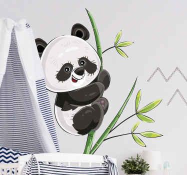 Decoratieve illustratieve muursticker van panda die in boom klimt. Een ontwerp voor kinderkamerruimte. Het is gemakkelijk aan te brengen en van hoogwaardig vinyl.