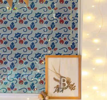 Kerst ornament sticker met een patroon van elegante rode en blauwe hulst en kerstballen. Gemakkelijk aan te brengen en te verwijderen.