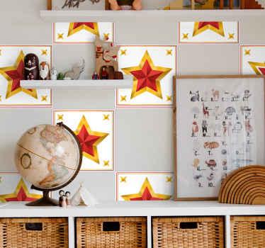 このデザインは、白い正方形の背景に金と赤の星が特徴です。正方形の隅には4つの小さな星があります。サイズをお選びください。