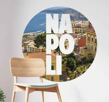 Adesivo skyline della città di napoli che mostra la splendida vista della città. Uno sfondo rotondo con il nome della città inscritto in grassetto.