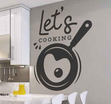 διακοσμητικό decal wall art που μπορείτε να τοποθετήσετε σε χώρο ντουλάπι ή τοίχο κουζίνας είναι ένα τηγάνι με το κείμενο «ας μαγειρέψουμε».