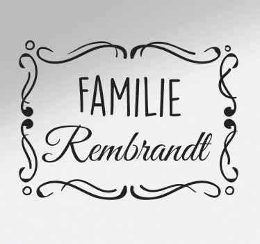Decoratieve familie tekst deur sticker gemaakt met tekst op een mooi vormgegeven ingelijste achtergrond. Verkrijgbaar in verschillende kleur- en maatopties.