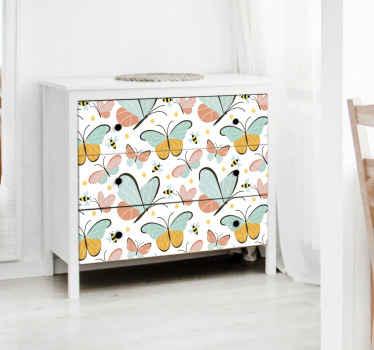 Dekorative schmetterlingsaufkleber für möbel. Es ist mit verschiedenen bunten schmetterlingen Design gekennzeichnet. Geeignet für alle räume. Einfach anzuwenden.