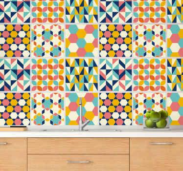 多色は、バスルーム、寝室、リビングルーム、さらにはキッチンスペースの壁面に適した幾何学的なタイルパターンステッカーを示します。