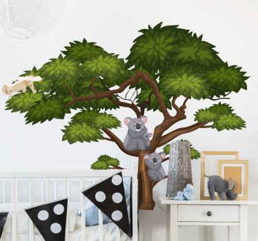 Adesivo animale illustrativo felice per bambini. Il disegno è un grande albero verde con koala e giovani che si rifugiano sul ramo dell'albero.