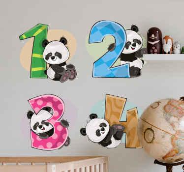 adhesif représentant quatre pandas avec les numéros 1, 2, 3 et 4. Choisissez-le dans la taille de votre choix pour l'adapter à l'espace souhaité.