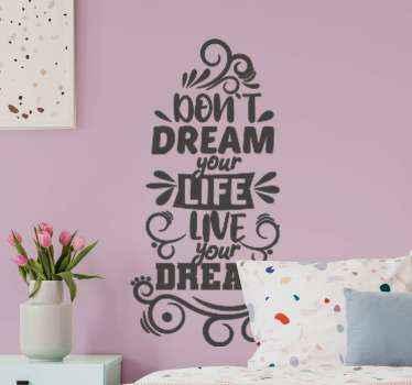 """Inspirierende zitataufkleber mit ihm Design erstellt mit inspirierendem text und ziermustern. Es lautet """"träume nicht dein leben, lebe deinen traum""""."""