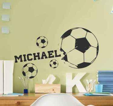 adhesif football avec nom personnalisé. La conception a un grand ballon de football et trois autres petits. Il est facile à appliquer et à coller.