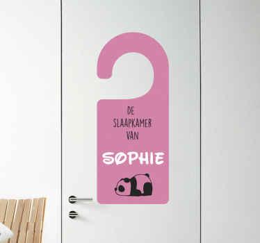 Een personaliseerbare naam deur sticker die iedereen laat weten welke kamer van jou is! Gemakkelijk aan te brengen en geweldig om naar te kijken, wat kan er beter?