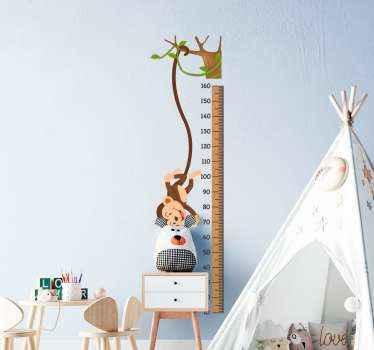 Laat de kamer van uw jongen er mooi en leuk uitzien met onze aap groeimeter sticker met hoogtegrafieken waarop een aap uit een boom valt.