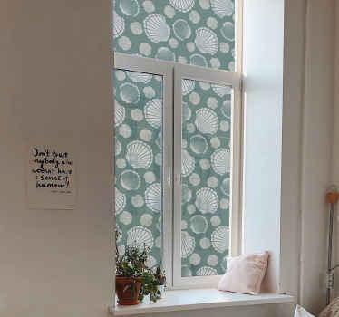 Bedek de ruimte van uw raam met onze mooie decoratieve zeeschelp raamsticker. Het ontwerp is gemaakt op een groene achtergrond met verschillende zeeschelp.
