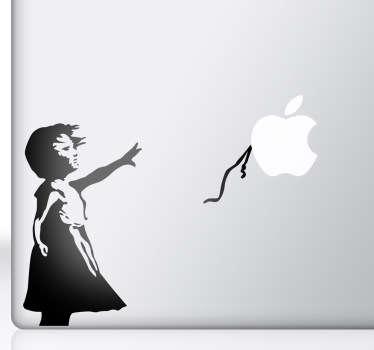 Băiețel fată cu autocolant cu balon macbook