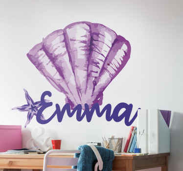 Adesivo conchiglia personalizzabile per la decorazione domestica. Il design è un unico foglio di conchiglia di colore viola con un nome personalizzato.
