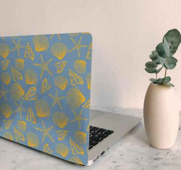 Hermosa skin para notebook con diseños de conchas marinas con patrón amarillo sobre fondo azul. Fácil de aplicar ¡Envío a domicilio!
