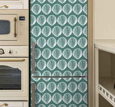 Decoratieve retro zeeschelp koelkast sticker met zeeschelp patroon om de ruimte in uw koelkastdeur te verfraaien. Groen ontwerp als achtergrond gevuld met vellen zeeschelp.