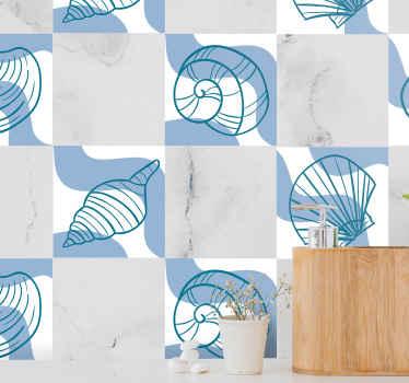 壁のスペースを際立たせる貝殻模様のタイルステッカー。青い背景に貝殻のさまざまなプリントを含むデザイン。