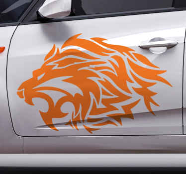 車の窓のための装飾的な部族のライオンアートステッカー。とどろくライオンの手描きスケッチアートを描いたデザイン。カラーオプションでカスタマイズ可能。