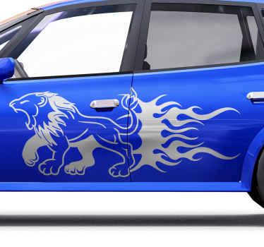 Un adesivo decorativo con sagoma di leone per auto. Il disegno del leone è raffigurato in rovina con feroce, probabilmente diretto a catturare una preda.