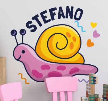 パーソナライズされた名前のカラフルなカタツムリと名前の子供のデカール。このデザインは、女の子の部屋を飾るのに素晴らしいアイデアです。