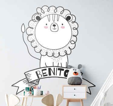 Personaliza el nombre de tu bebé o niño en este hermoso vinilo para niños de león de dibujo de estilo nórdico. Fácil aplicación ¡Compra online!