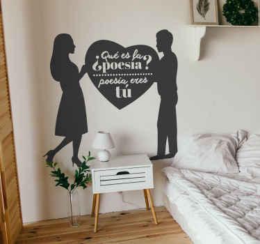 Um vinis decorativos de amor de casal original. Uma silhueta de um casal segurando uma forma de coração com o texto '' você é poesia ''.