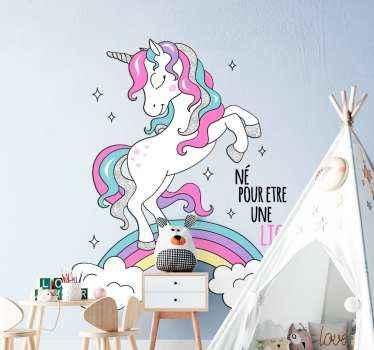 Beau autocollant de conception de dessin animé d'une licorne. Le dessin illustre une belle licorne sur un arc-en-ciel avec des étoiles. Disponible dans n'importe quelle taille requise.