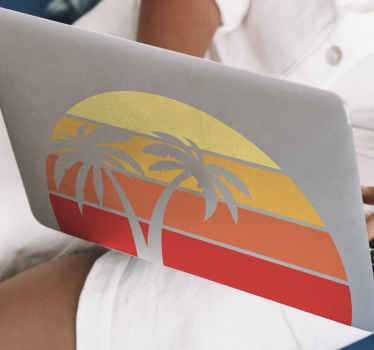 ヤシの木と層状の太陽の装飾的なレトロな日没のラップトップスキンデカールデザイン。あなたのラップトップを飾るためのなだめるようなそして平和な自然のデザイン。