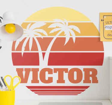 adhesif décoratif avec nom personnalisé rétro coucher de soleil qui illustre le soleil avec des palmiers qui représente la plage et le paysage d'été.