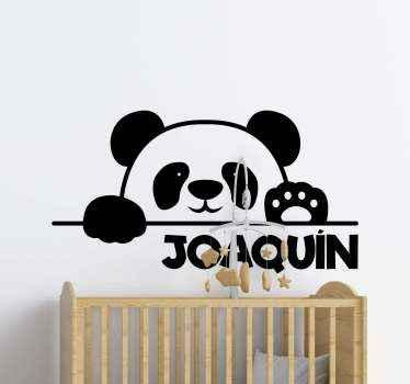 Aanpasbare naam baby panda illustratieve sticker. De panda wordt geïllustreerd om door een hek te gluren. Verkrijgbaar in de gewenste maat.