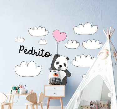 Een gepersonaliseerde sticker van een babypanda die een luchtballon vasthoudt en tussen de wolken vliegt. Het is aanpasbaar met de gewenste naam.