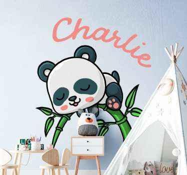 Sticker décoratif chambre enfant design d'un panda sur un bambou. La conception est facile à appliquer, durable et disponible dans toutes les tailles requises.